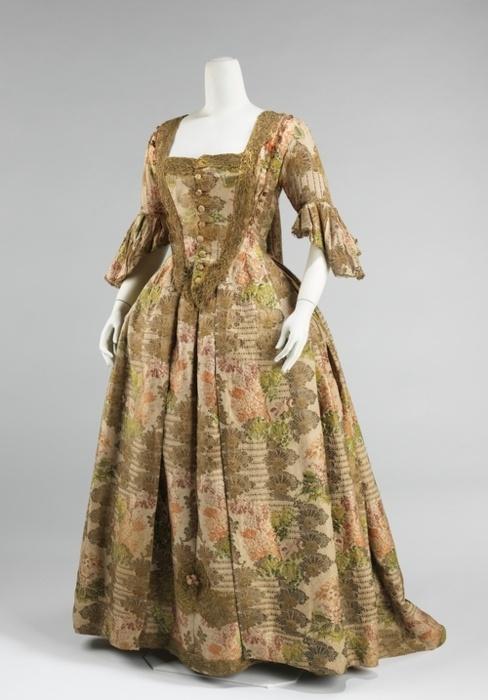 b5ab95c2ecba Mindazonáltal a nők viselete mindig a férfiaké előtt járt, és a XIV.  században is sokkal nemzetközibb volt az ellenkező nem viseleténél.